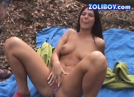 Hot cosset Simony Diamond comes upon foreigner a picnic increased by toy fucks in the flesh